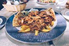 Греческие еда, цыпленок и свинина смешали гироскопы на плите стоковые фотографии rf