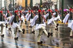 Греческие солдаты Evzones одели полностью парадную форму одежды во время Дня независимости Греции, Стоковое фото RF
