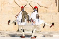 Греческие солдаты Evzones ссылаются к членам президентской охраны, блока элиты церемониального, одетой полностью парадной формы о Стоковое Фото