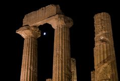 Греческие столицы виска на лунном свете в Агридженте, Сицилии Стоковое Изображение RF