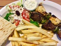 Греческие Kabobs, салат и фраи стоковые изображения rf