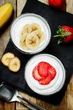 Греческие parfaits клубники и банана югурта Стоковые Изображения RF