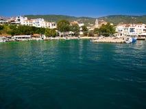 греческие skiathos порта острова стоковые фотографии rf