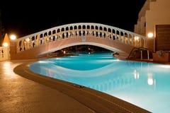 греческий бассеин ночи гостиницы Стоковое Изображение RF