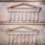 Греческий или римский портик выбитый в камне, картине или шаблоне предпосылки стоковая фотография rf