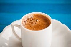 Греческий кофе на голубой таблице Стоковое фото RF