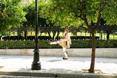 Греческий парламентский предохранитель (Evzone) маршируя вне греческого парламента Стоковые Изображения