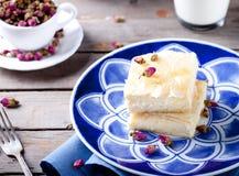 Греческий пирог печенья phyllo с розовым заварным кремом Стоковые Изображения RF