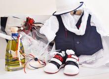 Греческий правоверный крестить возражает - одежды младенца, ботинки, масло крещения, мыло и свечи Стоковые Фото