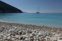 Греческий пляж с белыми камнями Стоковые Изображения