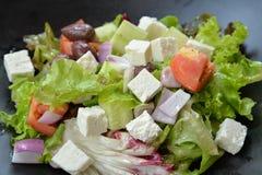 Греческий салат в черном шаре Стоковое фото RF