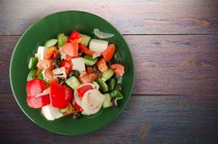 Греческий салат на деревянной предпосылке Стоковые Фото