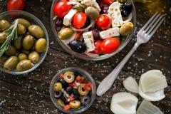 Греческий салат с свежими овощами и оливками Здоровое свежее vege стоковая фотография