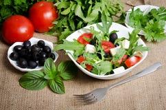 Греческий салат в белой салатнице Стоковые Фото