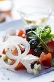 Греческий салат на белой плите Стоковое Фото