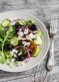 Греческий салат - салат с томатами, огурцами, оливками и сыром фета на белой плите Стоковое Изображение