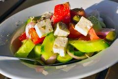 Греческий салат свежего овоща с белым сыром фета Стоковое фото RF