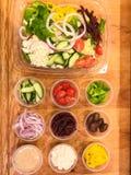 Греческий салат с много отбензинивания овоща и фета Стоковые Фотографии RF