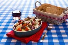 Греческий салат с томатами огурцом и луками оливок сыра фета Стоковые Фотографии RF