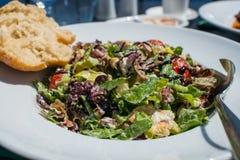 Греческий салат с хлебом и здравицей, греком, Korfu Стоковая Фотография RF