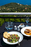 Греческий салат с хлебом и здравицей, греческим мясом с noodels, греческими Стоковые Изображения RF