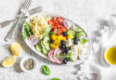 Греческий салат orzo лимона Фета, orzo, томаты, огурцы, редиски, оливки, перчит салат на светлой предпосылке, взгляд сверху Здоро Стоковое Фото