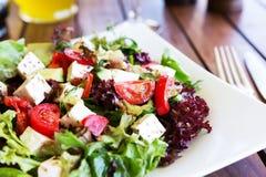 Греческий среднеземноморской салат с сыром, оливками и перцами фета Стоковое Изображение RF
