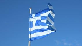 Греческий флаг на поляке развевая над голубой предпосылкой акции видеоматериалы