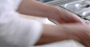 Греческое вырезывание питы фаст-фуда сток-видео