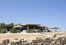 Греческое taverna на пляже Pori Стоковое Изображение RF