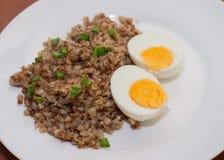 Гречиха и 2 вареного яйца на белой плите Деревянное backgroun Стоковые Изображения