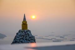 Грея солнце с пагодой Стоковое фото RF