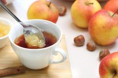 Грея чай осени с вареньем яблока стоковые фотографии rf