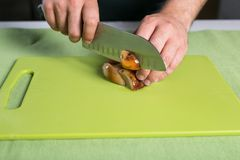 Грибы вырезывания шеф-повара стоковое фото rf