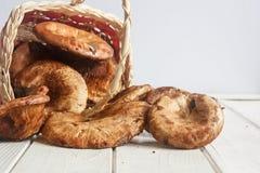грибы леса на белом деревянном столе Стоковые Фотографии RF