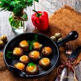 Грибы заполненные с яичком триперсток на черном лотке Стоковое Фото