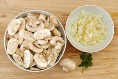 Грибы и луки, ингридиенты для супа гриба Стоковое фото RF