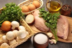 Грибы и яичка цыпленка с луками и garlick перцев Стоковая Фотография