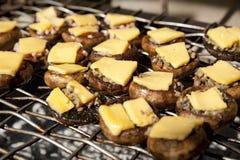 Грибы кнопки (portobello) с сыром на гриле Стоковые Изображения RF