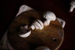 Грибы на доске кухни Стоковое фото RF