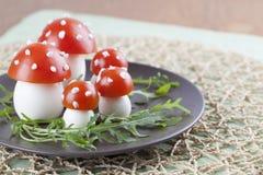 Грибы пластинчатого гриба мухы томата и яичка Стоковые Фотографии RF