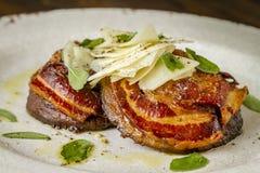 Грибы Portobello покрытые с pancetta Стоковые Фотографии RF