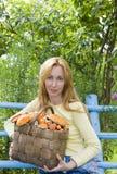 гриб корзины полный величает детеныши женщины p Стоковое Изображение RF