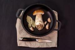 Гриб на сковороде и ноже Стоковое Фото