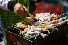 Гриб обернул свинину, гриль на плите угля, еде Changmai, Стоковое Изображение