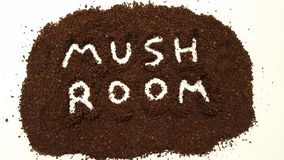 Гриб сказанный по буквам вне в земном кофе на белой предпосылке Кофе гриба стоковая фотография rf