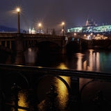 Гривы наводят и замок Праги на ноче Стоковое Фото