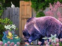 Гризли любит посетить ее сад пасхи и наслаждается своей конфетой стоковое изображение rf