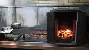 Гриль Аргентины Подготовка огня и гриля для барбекю на ресторане Стейкхаус, говядина Кобе, стейк ribeye, a видеоматериал