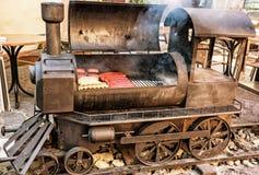 Гриль барбекю с мясом в форме локомотива пара, желтом fi Стоковое Фото